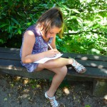 Mädchen füllt Rätselblatt aus