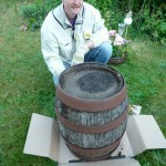 Der Boden des Bierfasses wird mit Pappe abgedichtet