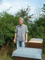 Reinhold zwischen Bienenvölkern