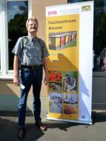 Reinhold vor dem Eingang zum Fachzentrum Bienen der LWG Veitshöchheim