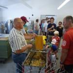 Honigschleudervorführung im Fachzentrum Bienen, FWG Veitshöchheim