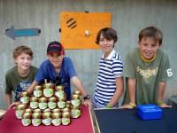 Schüler am Marktstand der Bienen-AG