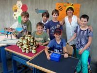 Schüler am Marktstand der Bienen-AG mit Bamberger Schubiene