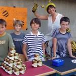 Schüler am Marktstand der Bienen-AG mit winkender Bamberger Schubiene