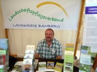 Infostand des Landschaftspflegeverbandes Landkreis Bamberg mit Klaus Weidner