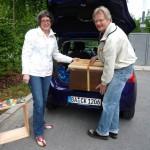 Conny und Reinhold verladen das Volk in den Kofferraum