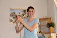 Ina hält frisch befülltes Honigglas in der Hand Foto © E+T Puchtler