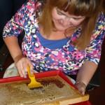 Sabine Saam beim Honigwabenentdeckeln