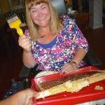 Sabine Saam hat das Honigwabenentdeckeln gemeistert!