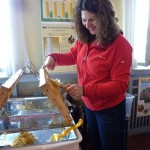 Myriam Michel beim Honigwabenentdeckeln