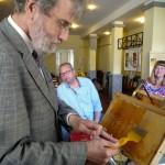 Herr Pavlowicz beim Honigwabenentdeckeln