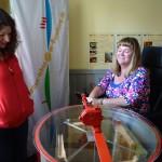 Sabine Saam wirft die Honigschleuder für die Jungfernernte des Villa Dessauer-Honigs an