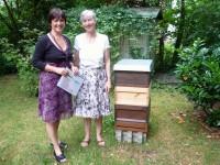 Bienenpatin Gabriele Loskarn und Ilona Munique vor Bienenbeute