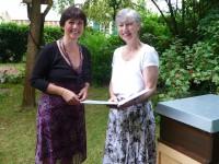 Überreichung der Bienenpatenurkunde an Gabriele Loskarn