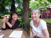 Interview mit Gabriele Loskarn durch Ilona Munique und dem Schulbienen-Maskottchen