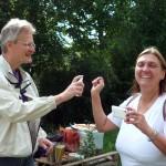 Reinhold sprüht Nelkenöl auf Jeannettes Hände zur Abwehr vor allzu zutraulichen Bienen
