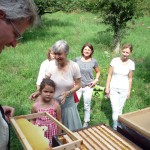 Reinhold zeigt einen Wildwabenbau, Lola vornedran