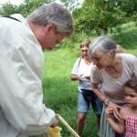 Reinhold zeigt einen Wildwabenbau, Lola und Oma Gabi dicht dran
