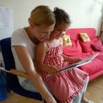 Stillvergnügte Lesestunde vor dem Mittagessen, Lola auf Katharinas Schoß