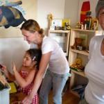 Katharina hilft Lola beim Entdeckeln einer Honigwabe