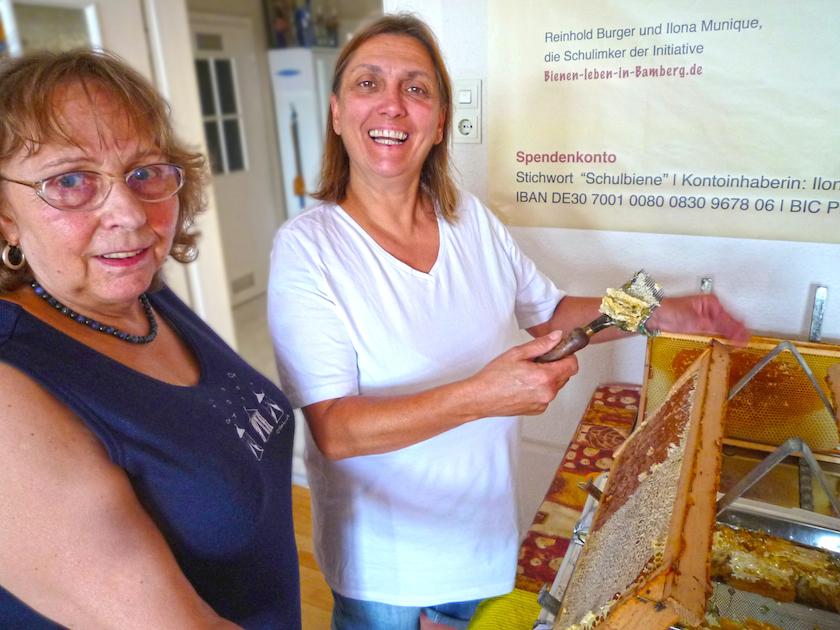 Biggi und Jeannette beim Entdeckeln einer Honigwabe