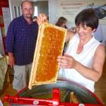 Ilona bestückt die Honigschleuder