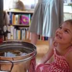 Lachende Lola vor dem Honigtopf