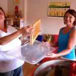 Jeannette transportert mit Juttas Hilfe eine Honigwabe zur Schleuder