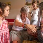 Oma Gabi zeigt Lola das Honigabzapfen