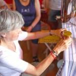 Gabi etikettiert ihr Honigglas
