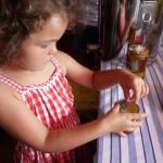 Lola etikettiert den Wildensorger Honig