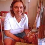 Jeannette zapft Honig ab