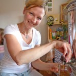 Katharina zapft Honig ab