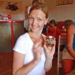 Katharina mit ihrem fertigem Honigglas