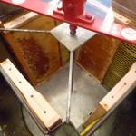 Blick in die mit Honigwaben bestückte Honigschleuder