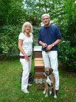 Andrea, Hund Stanley und Jörn Contag vor ihrer Bienenpatenbeute an der Weide