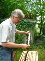 Reinhold hält ein Rächmchen aus der Patenbeute Janßen hoch