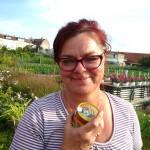 Bienenpatin Carmen freut sich über ihren Patenhonig