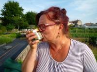 Bienenpatin Carmen küsst ihr erstes Patenhonigglas, eine Jungfernernte