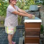 Bienenpatin Carmen Dechant an ihrer Bienenpatenbeute