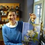 Ina Kudlich hält Tüte mit Bienenpatenhonig hoch