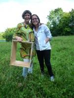 Bienenpatin Conny Kopp mit Nichte Stella und einer Zarge