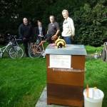 Gäste am Bienenstandort der Villa Dessauer