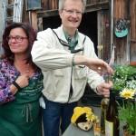 Metverkostung in Hofstadt-Gärtnerei mit Bienenpatin Carmen Dechant, Reinhold entkorkt den Met