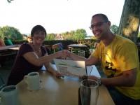 Ilona und Bernd besiegeln die Bienenpatenschaft mit Handschlag