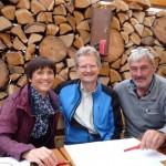 Ilona Munique, Reinhold Burger und Thomas Friedmann besprechen den Plan zur Bienen-InfoWabe