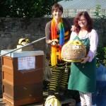 Bienenpatin Camen Dechant und die Bamberger Schulbiene neben Bienenpatenbeute