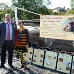 Thomas Schmidt und Bamberger Schulbiene am Stand der Initiative Bienen-leben-in-Bamberg.de