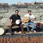 Die musikalischen Hintergrundbegleiter –Trommel und Gitarre
