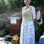 """Bienenpain Gabriele Loskarn besucht uns in ihrer selbstgenähten """"erneuerten"""" Bamberger Tracht"""